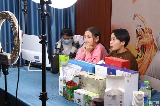 于田县职业技术学校直播课程学生正在进行试直播(央广网记者 刘阳 摄)