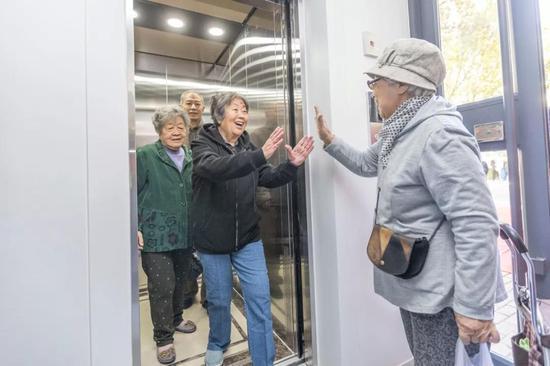 试乘新电梯的老人