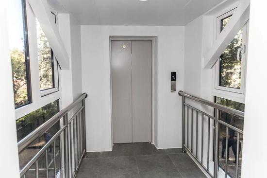 加装的电梯出口走廊