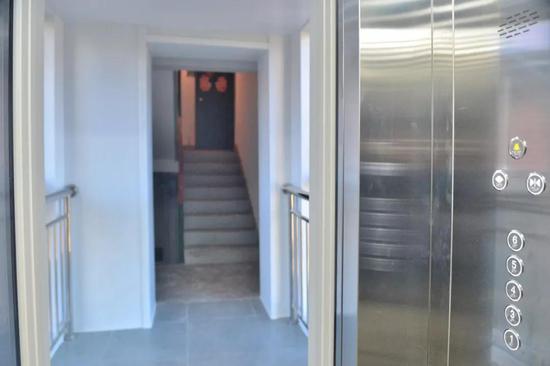 这部加装电梯选择了错半层入户的方式,相对平层入户施工难度较小