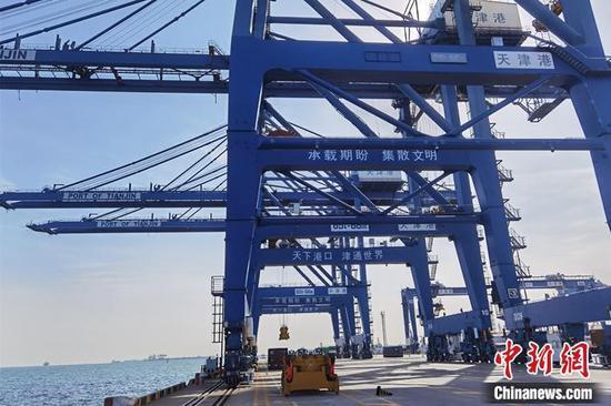 图为天津港码头岸桥。