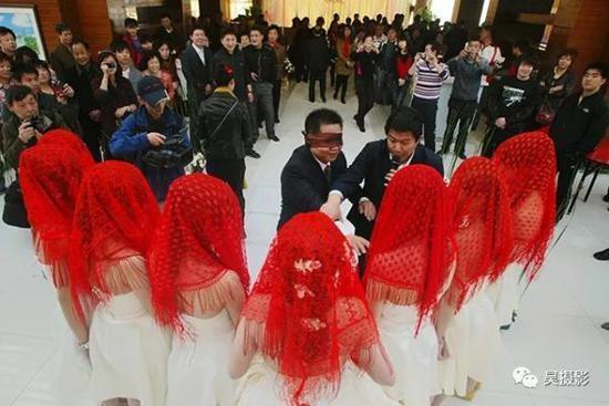 """2010年4月,现代婚礼重现""""唐伯虎点秋香""""。吴迪摄"""