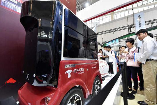 5月17日,观众在天津梅江会展中心智能科技展上参观京东物流车。新华社记者 李然 摄