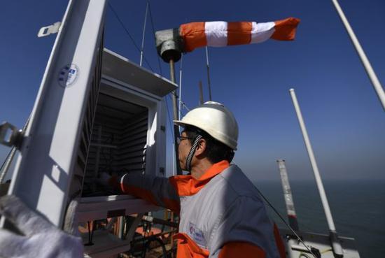 董晓力在平台上检查气象设备。新华社记者 岳月伟摄