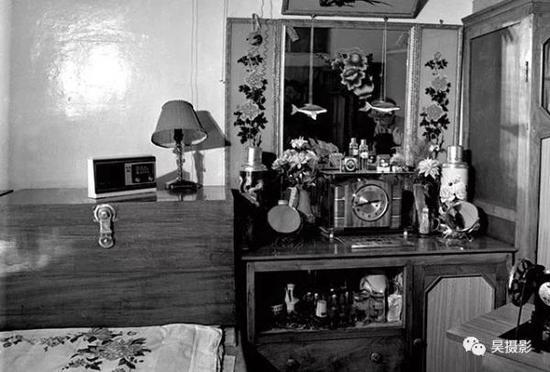 """1981年5月,暖瓶,台灯,镜子……这些都可以是婚礼的""""份子""""。陈则云摄"""