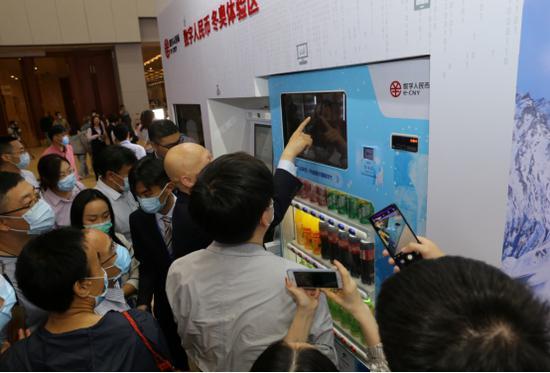 参观者争相体验数字人民币应用场景