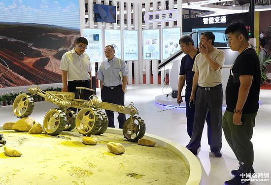 观众观看中国兵器展品。(中国台湾网 李奕均 摄)