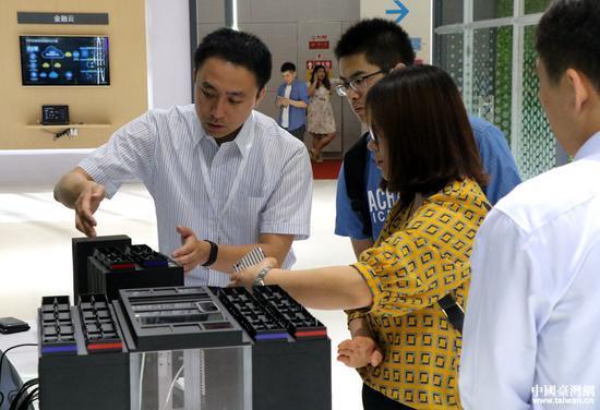 工作人员为观众介绍展品。(中国台湾网 李奕均 摄)