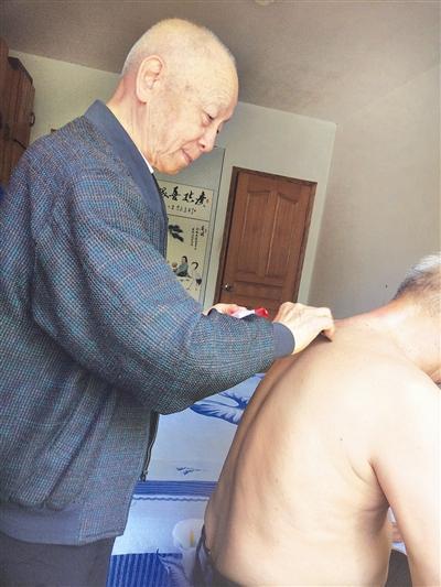 史广信在为病人刮痧
