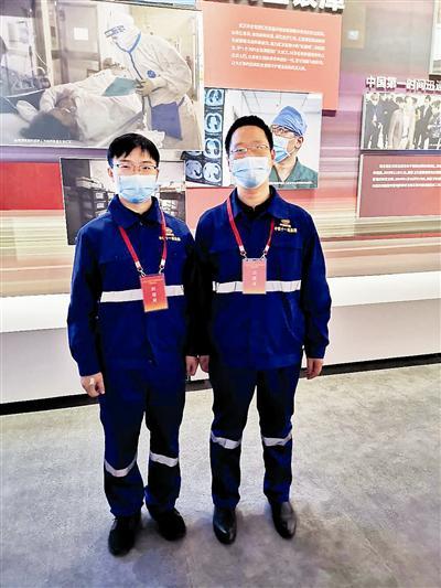 中铁十一局员工、方舱医院建设者在展览现场。