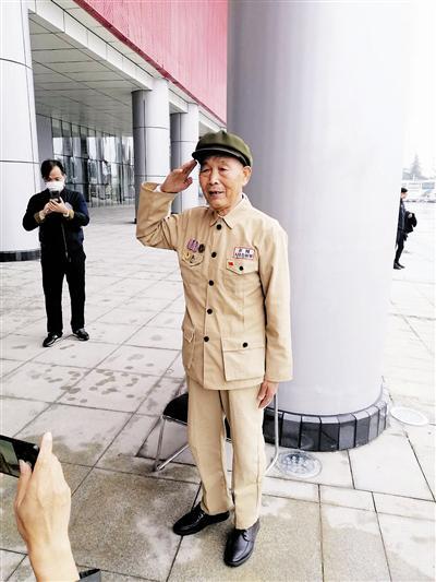 抗美援朝老战士、康复患者张兆堂观展致敬。