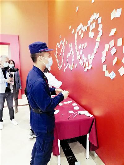 消防战士吴忠毅留下观展感言。