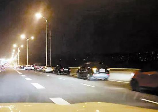 这样停车等候 碍通行存隐患!