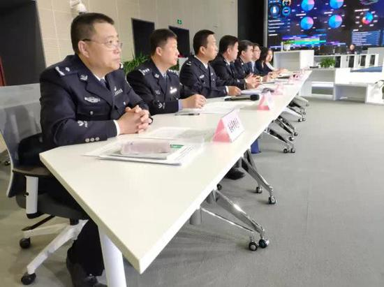 天津市公安局治安管理总队副总队长赵洪闻(上图左一)
