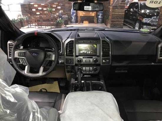 其下方则是多媒体控制区及空调面板,采用旋钮 物理按键的组合,中控