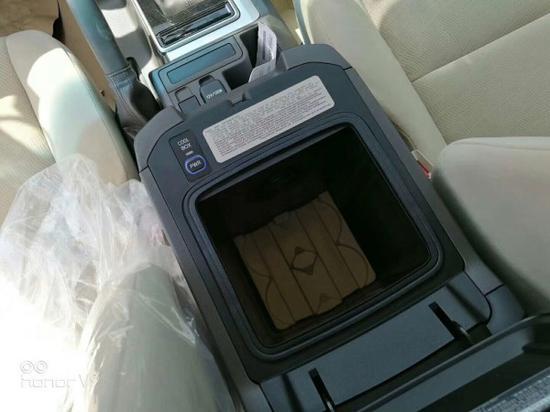 中央扶手带冰箱,走的是空调风,夏天在车里来一瓶冰凉的饮料,美滋滋。