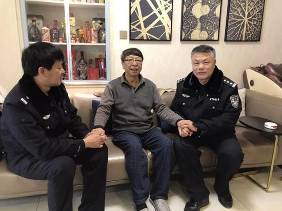 (从左到右:何警官、和义和大爷、周警官)