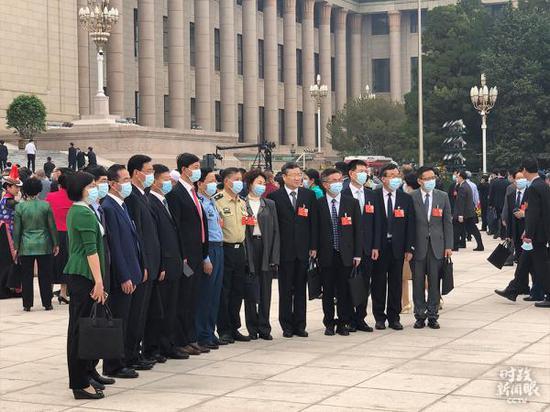△政协委员们陆续到达大会堂。(总台央视记者刘苏拍摄)