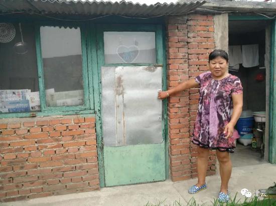 王桂芝家紧闭的厢房门被晃开