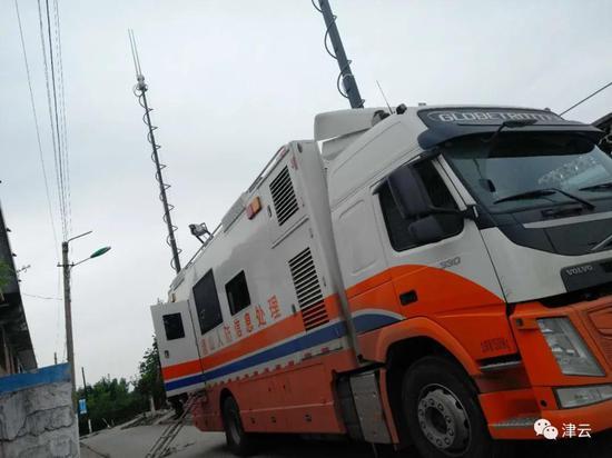 在震中工作的应急保障车辆