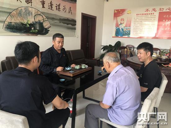 方海波与村民喝茶谈心(央广网记者 夏震宇 摄)