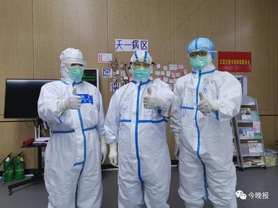 上图 张伯礼(中)和儿子张磊(左)、侄子张硕(右)相聚在江夏方舱医院。