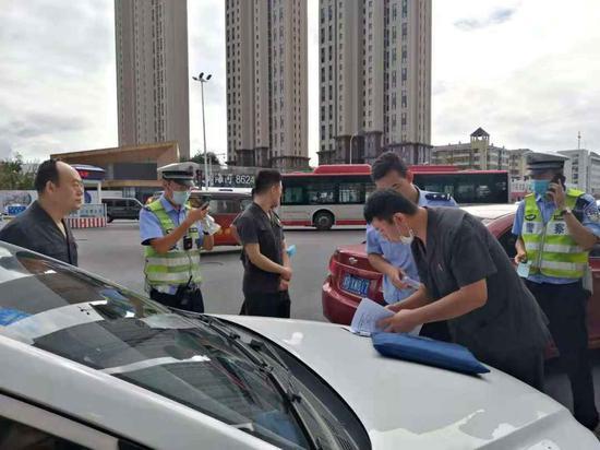 图为天津市高院与天津市交管局联动扣押被执行人车辆