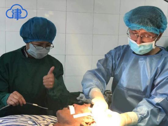 援藏医生在为64岁藏族老人做手术