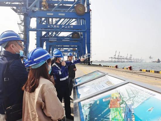 采访团在天津港了解全无人作业示范区情况。中国网信网 陈金丹 摄