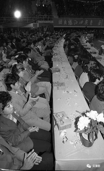 1988年11月,参加集体婚礼的新婚夫妇。王志贵摄