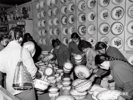 1980年10月,劝业场搪瓷柜的搪瓷脸盆。孙成摄