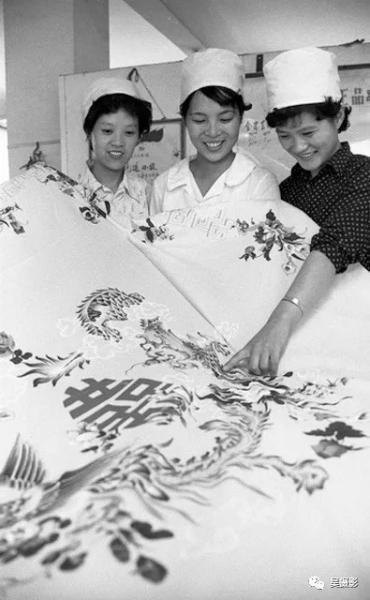 1983年9月,织物厂生产的涤棉印花床单。