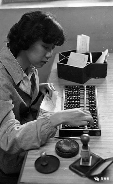 1984年5月,和平区贵阳路储蓄所青年职工,正在办理业务。陈国兴摄