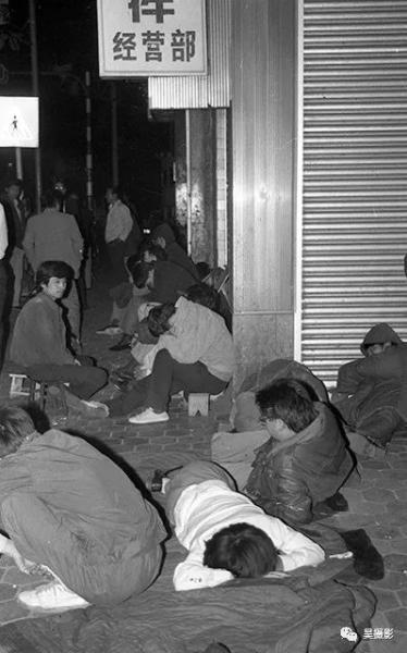 1992年5月,人们为了购买债券露宿排队。王志贵摄