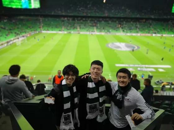 ▲小刘(右1)和日本、韩国同学在克拉斯诺达尔市看比赛,为球队加油