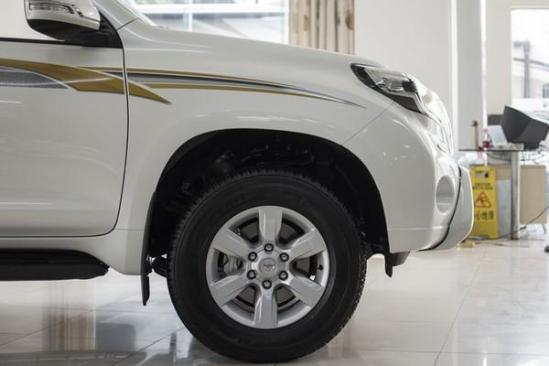 轮胎配备的是邓禄普265/65R17全地形胎,离地间隙达到22厘米。