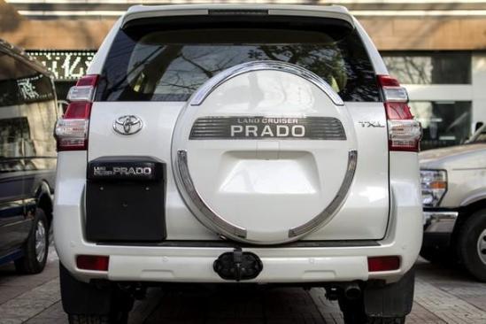 尾部备胎后置,越野车范儿更浓,结合宽大的后窗及层次分明的尾灯,令新款普拉多更具有越野车的气质和魅力。