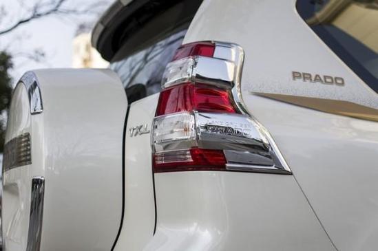尾部方面,17款普拉多2700也对尾灯造型以及尾门样式进了小幅改动,整个设计十分厚实,体现出了越野车该有的粗狂和大气。