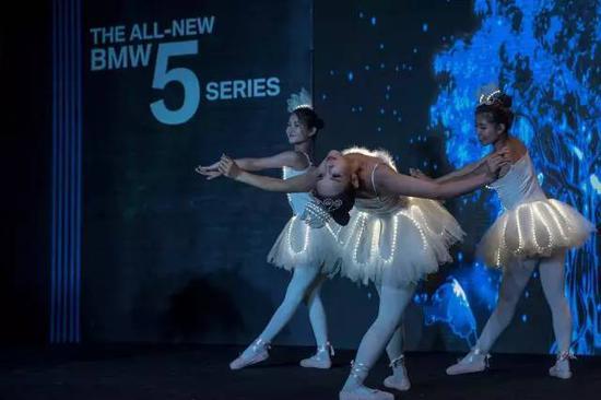◆ 优美的舞蹈表演为全新BMW5系揭开神秘面纱