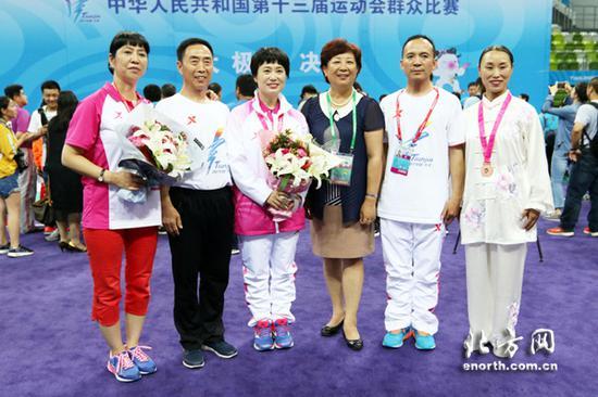 全运会群众比赛时,徐彩桐(左一)带领的天津太极拳队取得了一金三铜的成绩