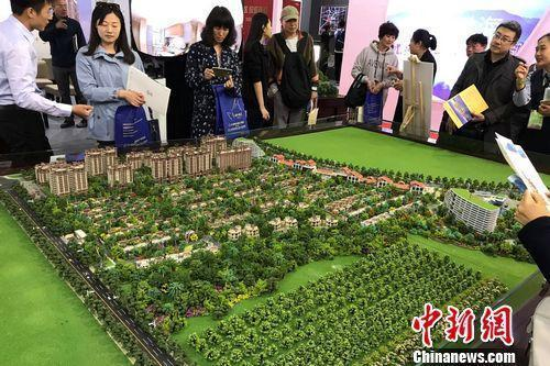 民众在2017年北京春季房展会上的某楼盘展台咨询。中新网程春雨 摄