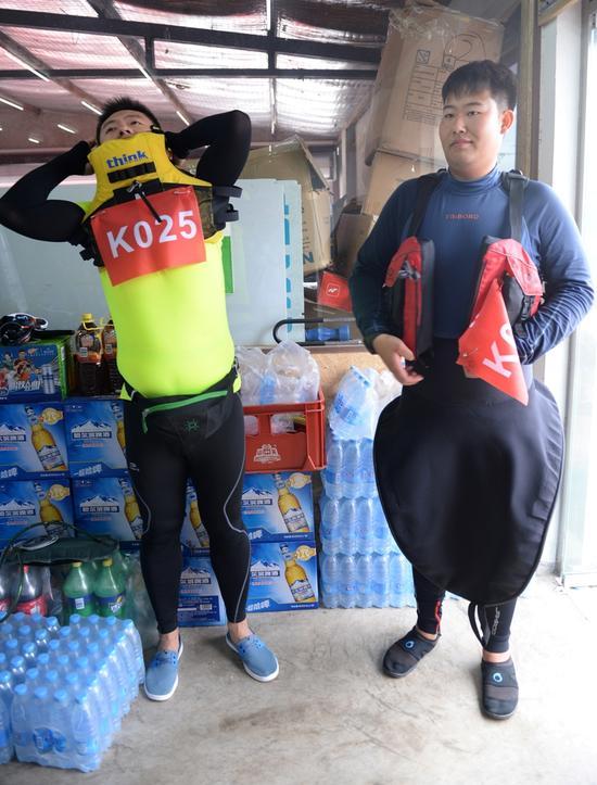 图为参赛选手正在着装,右侧选手穿的是防湿的水裙