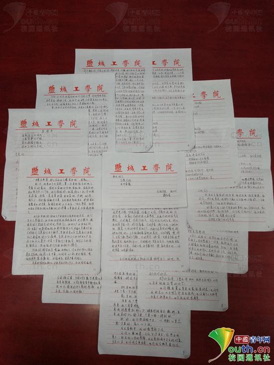 万字情书堆满了桌面。中国青年网通讯员 闫春旭 摄