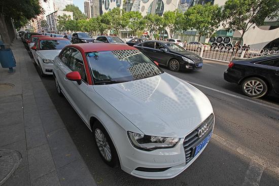 2017年6月10日,北京CBD地区停放的EZZY分时租赁奥迪A3轿车。视觉中国 资料