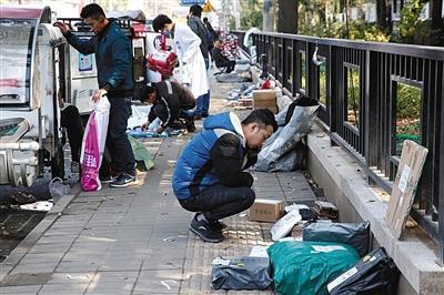 10月23日,北京,快递员正在清点快递物品。