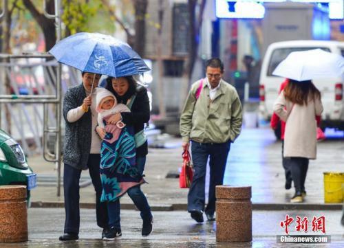 资料图:新疆乌鲁木齐市街头,外出民众脚步匆匆。 中新社记者 刘新 摄