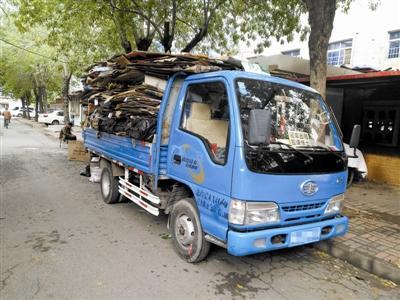 废品收购站,一车整理好的废纸箱正准备发出。