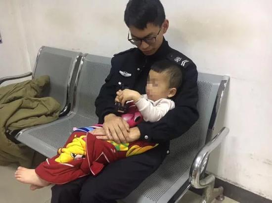 """""""我们赶到后,看到朱师傅的妻子将孩子抱在怀里,孩子两岁,只会叫爸爸、妈妈和姐姐。""""崇贤派出所民警戚芳敏告诉澎湃新闻。"""