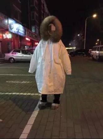 这是外套还是雨衣,买家秀跟卖家秀一比,仿佛受到了一万点暴击。