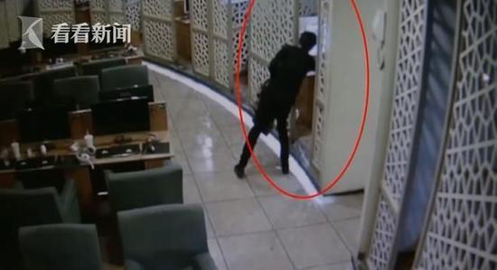 根据视频追踪民警很快就抓获了22岁的衢州籍嫌疑人饶某。